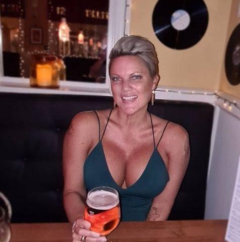 Sisata matorka u dekolteu drzi pivo