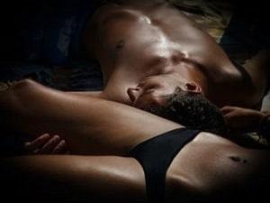 Go muškarac leži pored ženske butine i sluša perverzne priče