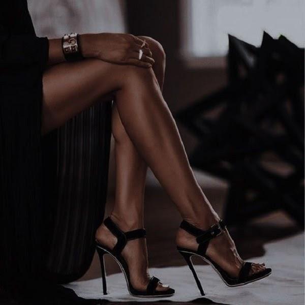Prelepe noge žene koja sedi na fotelji